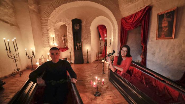 خواهر و برادری که برنده اقامت در قلعه دراکولا شدند +عکس