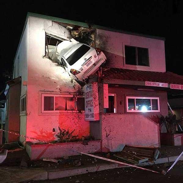 636516386099770838 - ورود عجیب یک خودرو به ساختمان! +عکس