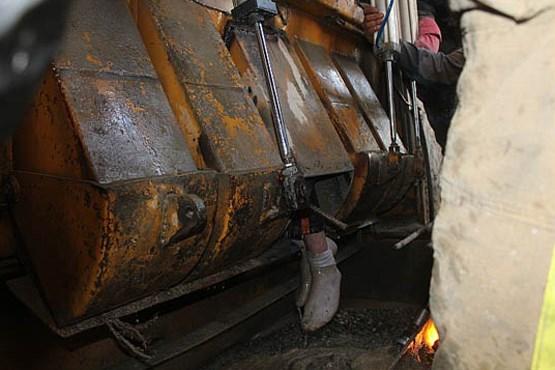 تصاویر نجات کارگر از دستگاه بتن ساز