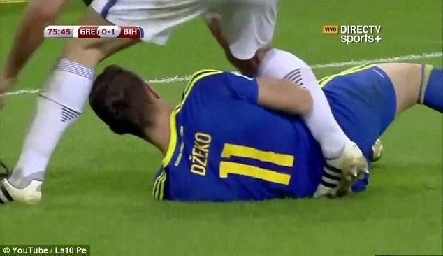 اخراج ادین ژکو به دلیل کشیدن شورت ورزشی بازیکن حریف