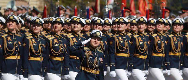 رژه سربازان زن روسی در جشن پیروزی