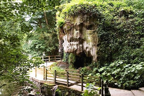 آبشار و غار شیپتون (Shipton) در انگلستان؛ آب این آبشار شما را تبدیل به سنگ میکند! + عکس