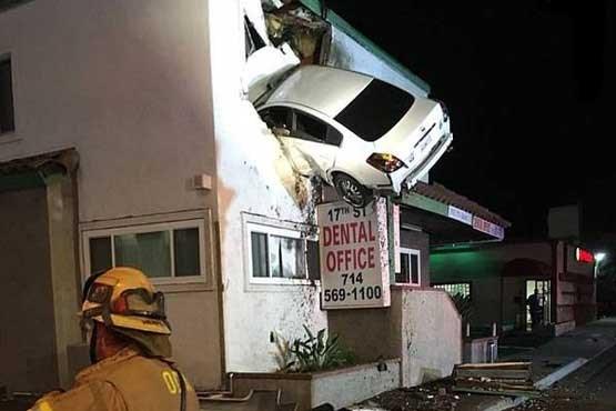 636516386070707360 - ورود عجیب یک خودرو به ساختمان! +عکس