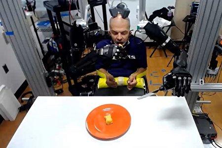 کنترل همرمان دو دست مصنوعی با ایمپلنت مغزی جدید