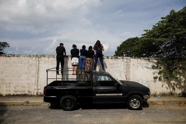 گزارش تصویری ؛ تشییع جنازه از پشت دیوار