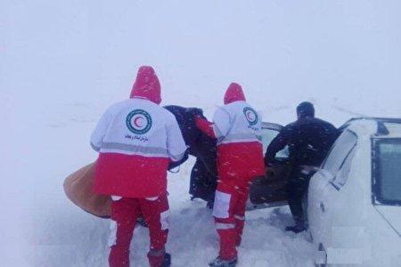 نجات ۳نفر گرفتار در برف و کولاک