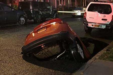 گودال خیابان خودرو را بلعید! (+تصاویر)